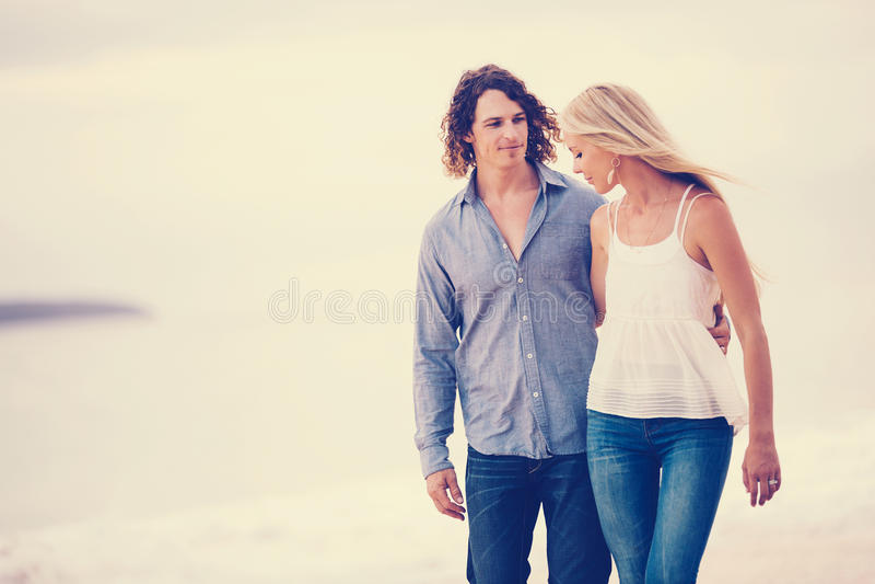 Coppie romantiche sulla spiaggia fotografie stock libere da diritti
