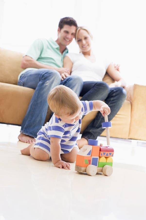 Coppie in salone con il bambino fotografie stock libere da diritti