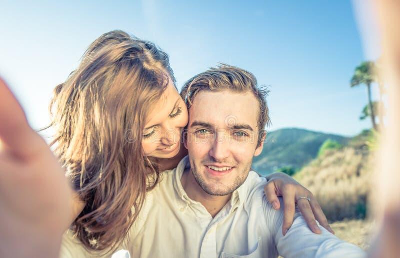 Coppie Selfie giovani coppie sulla luna di miele immagini stock libere da diritti
