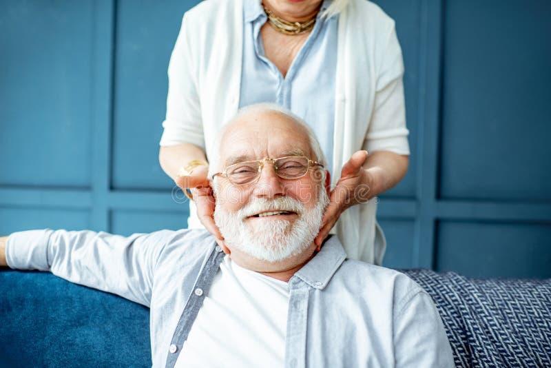 Coppie senior adorabili sullo strato a casa immagine stock