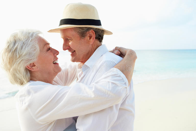 Coppie senior affettuose sulla festa tropicale della spiaggia immagini stock libere da diritti