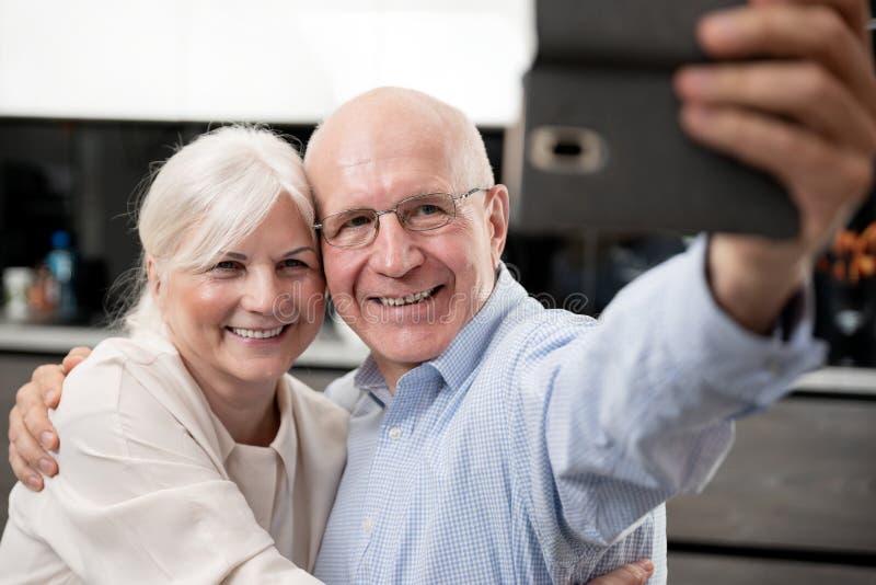 Coppie senior allegre che prendono selfie immagine stock