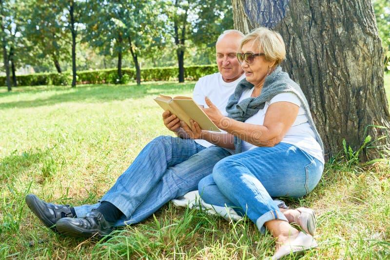Coppie senior amorose al parco immagini stock