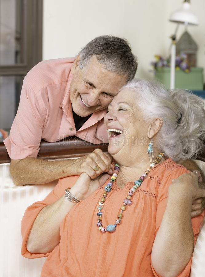 Coppie senior a casa che sorridono immagini stock