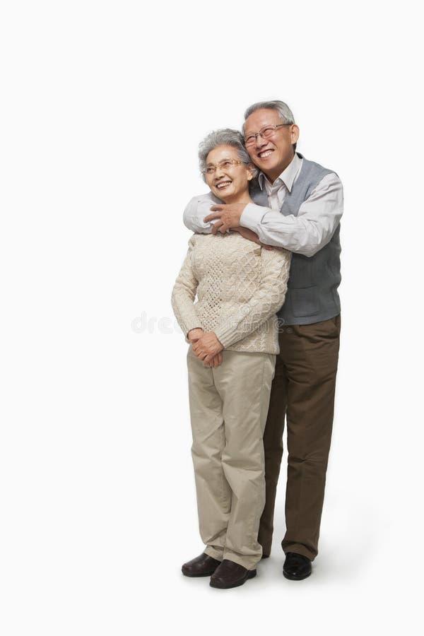 Coppie senior che abbracciano, colpo dello studio immagini stock libere da diritti