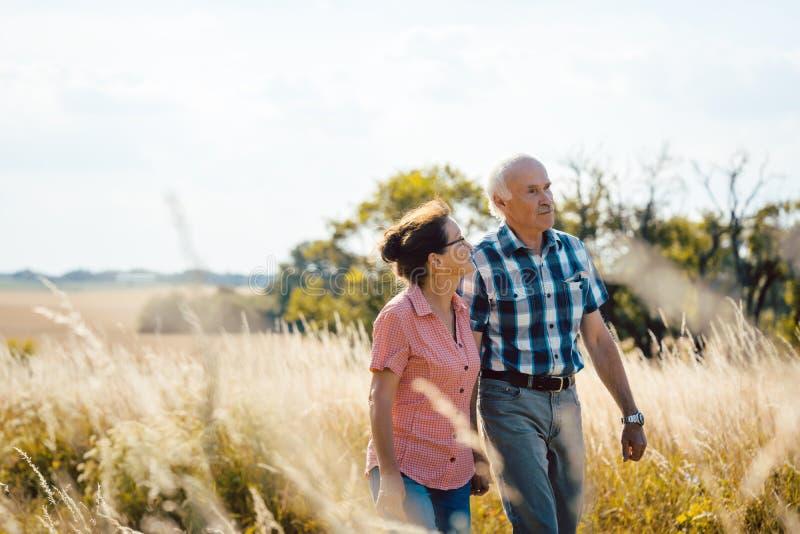Coppie senior che camminano giù un percorso in natura immagini stock
