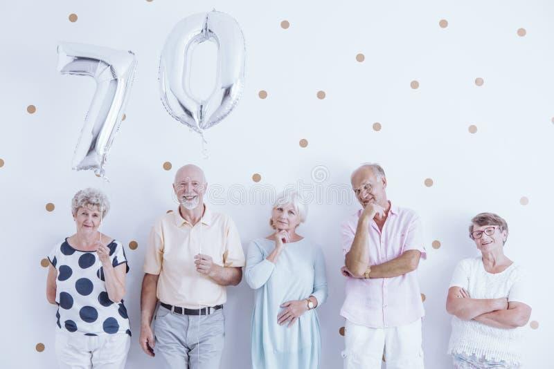 Coppie senior che celebrano compleanno fotografie stock libere da diritti