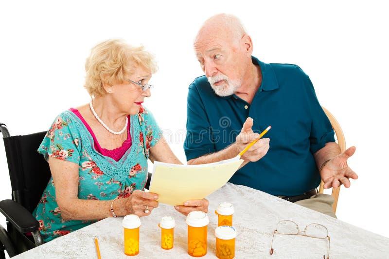 Coppie senior che discutono le spese mediche fotografie stock libere da diritti