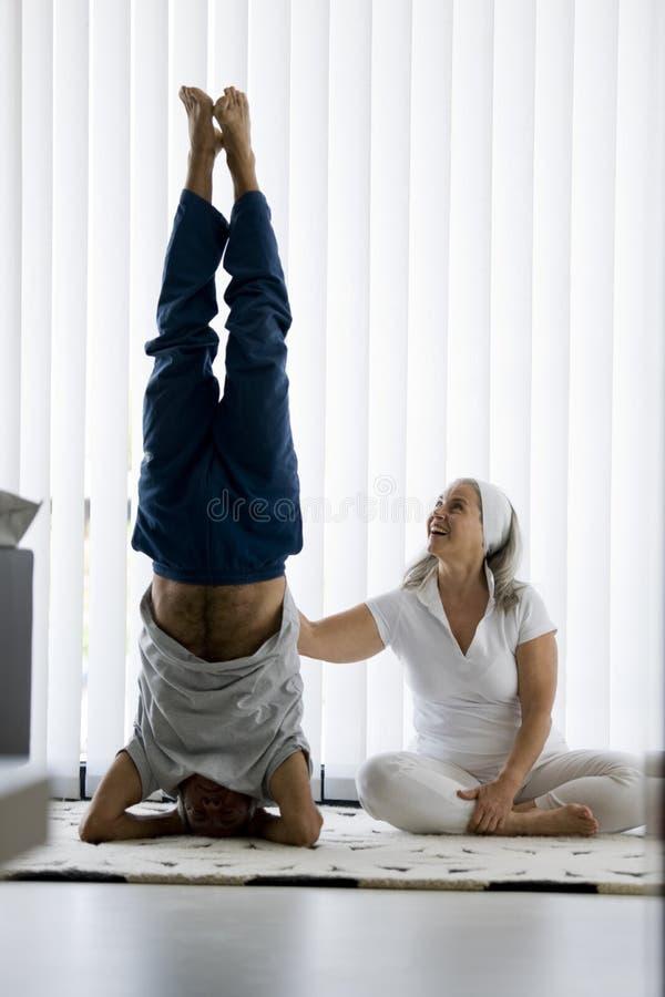 Coppie senior che fanno yoga fotografie stock