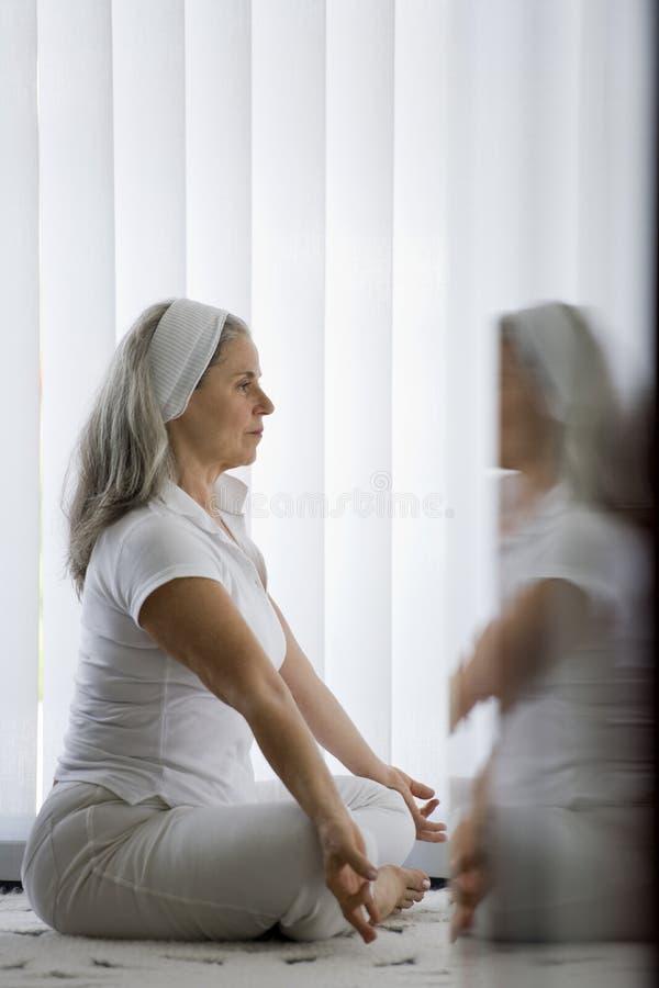 Coppie senior che fanno yoga fotografia stock