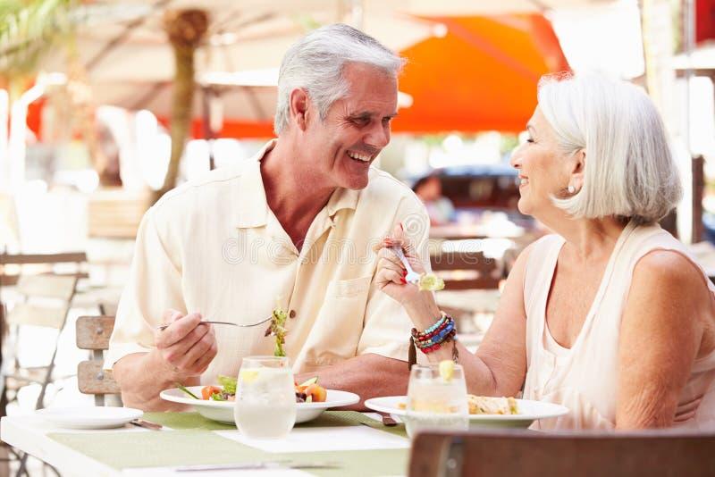 Coppie senior che godono del pranzo in ristorante all'aperto fotografia stock libera da diritti