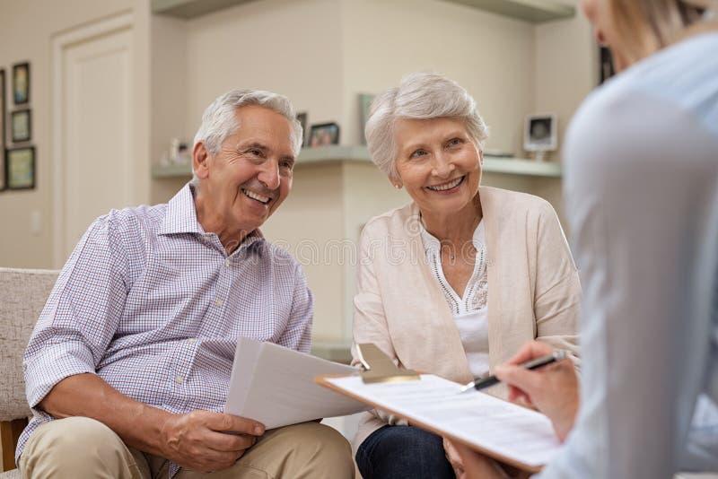 Coppie senior che incontrano consulente finanziario fotografia stock