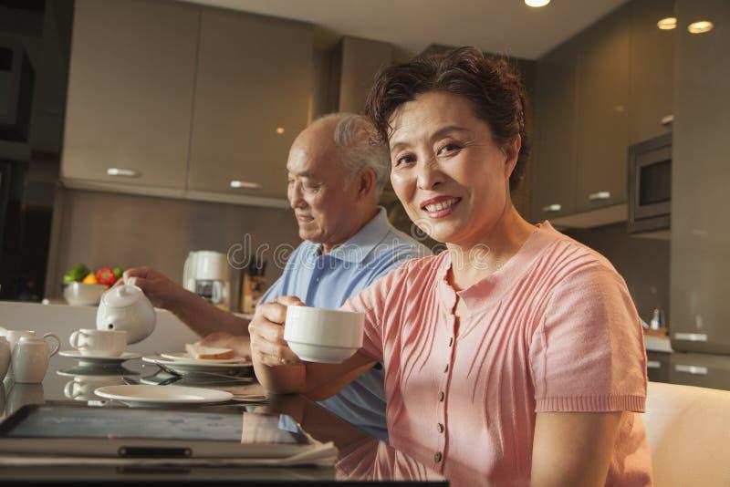 Coppie senior che mangiano prima colazione fotografie stock