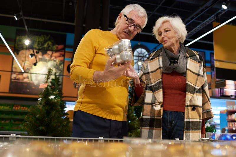 Coppie senior che scelgono la decorazione di Natale fotografia stock