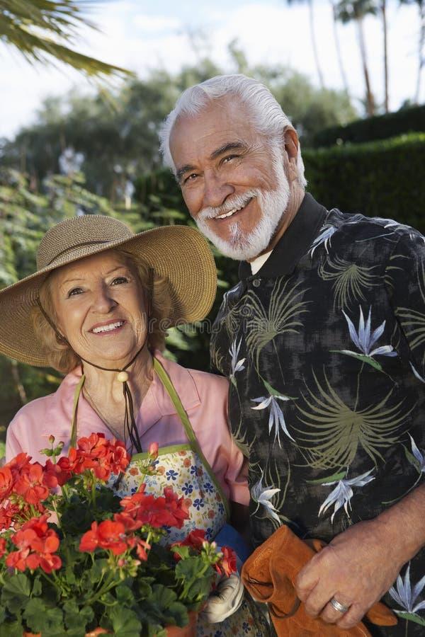 Coppie senior che stanno insieme nel giardino immagini stock