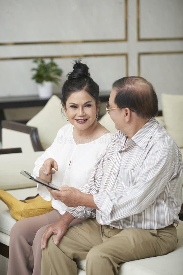 Coppie senior con il computer della compressa fotografia stock libera da diritti