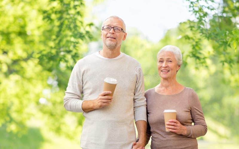 Coppie senior con lo sfondo naturale delle tazze di caffè fotografia stock