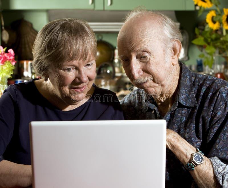 Coppie senior con un computer portatile immagine stock libera da diritti
