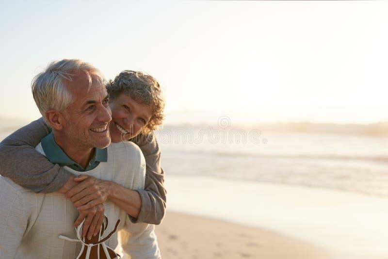 Coppie senior divertendosi alla spiaggia fotografie stock libere da diritti