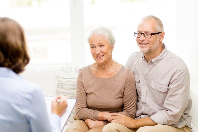 Coppie senior felici a casa immagini stock libere da diritti