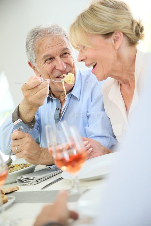 Coppie senior felici che dividono cena fotografie stock