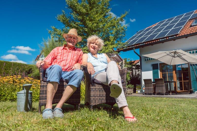 Coppie senior felici nell'amore che si rilassa insieme nel giardino in a fotografie stock