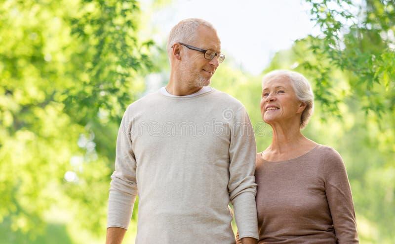 Coppie senior felici sopra sfondo naturale verde fotografia stock
