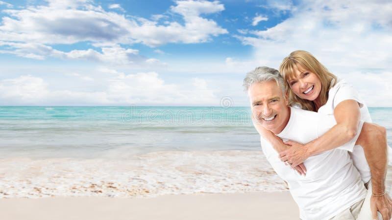 Coppie senior felici sulla spiaggia. immagine stock libera da diritti