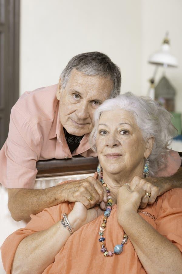 Coppie senior in salone della loro casa immagini stock libere da diritti