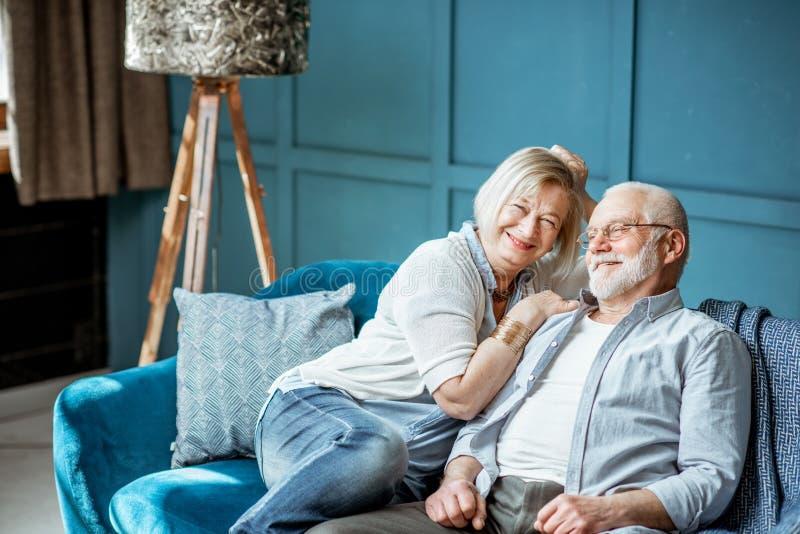 Coppie senior sullo strato a casa fotografie stock libere da diritti