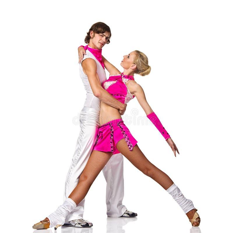 Coppie sensuali di dancing della salsa su priorità bassa bianca fotografia stock