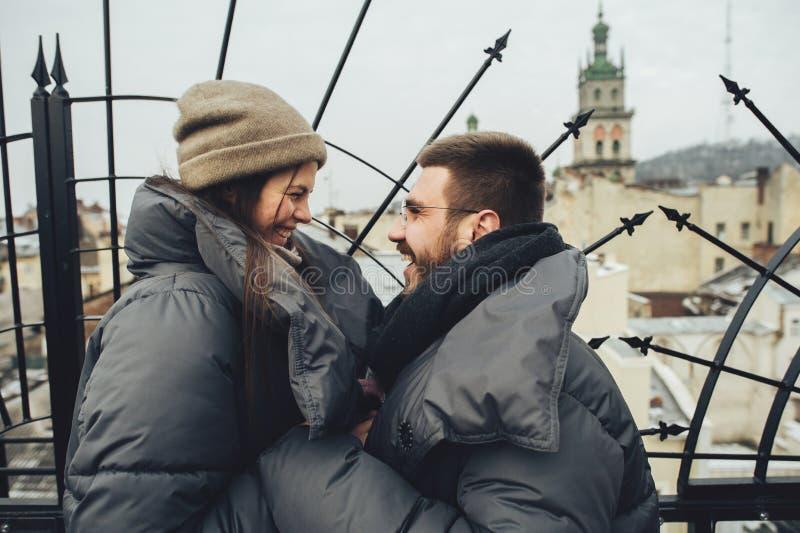 Coppie sensuali romantiche di Natale nell'amore al ove freddo di giorno di inverno immagini stock libere da diritti