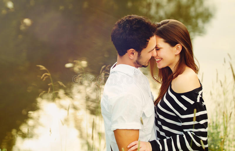 Coppie sensuali romantiche felici nell'amore insieme sul vacatio di estate fotografia stock libera da diritti