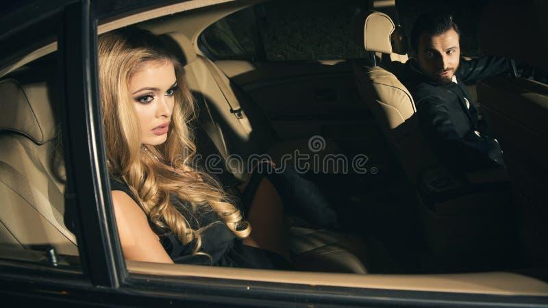 Coppie sexy nell'automobile fotografia stock
