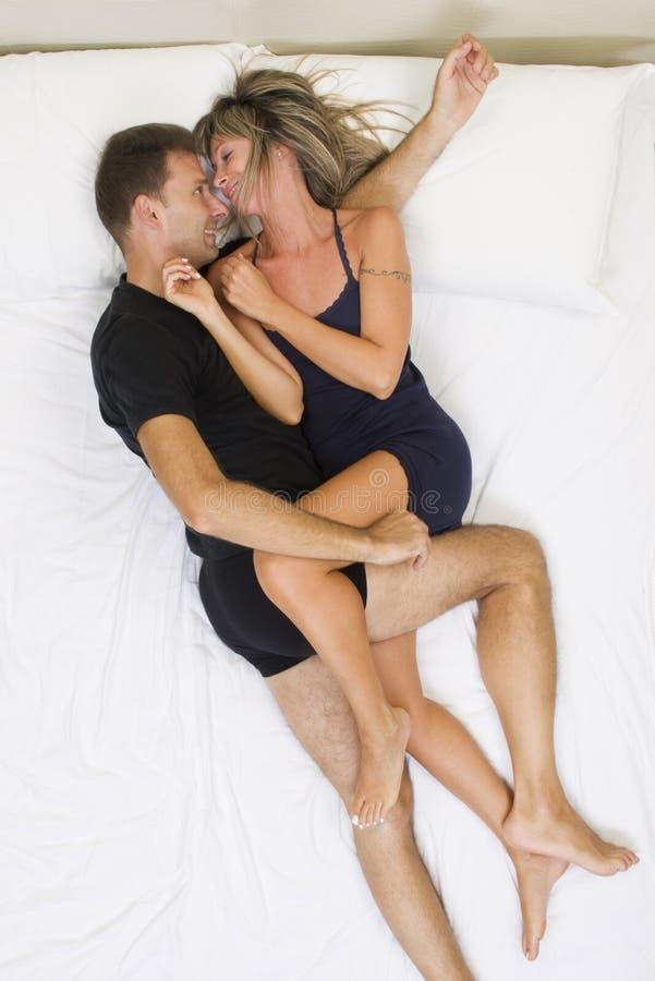 Coppie Sorridenti Abbracciate Sul Letto Fotografia Stock ...