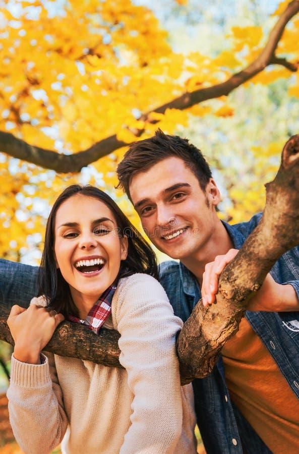 Coppie sorridenti all'aperto in autunno fotografia stock libera da diritti
