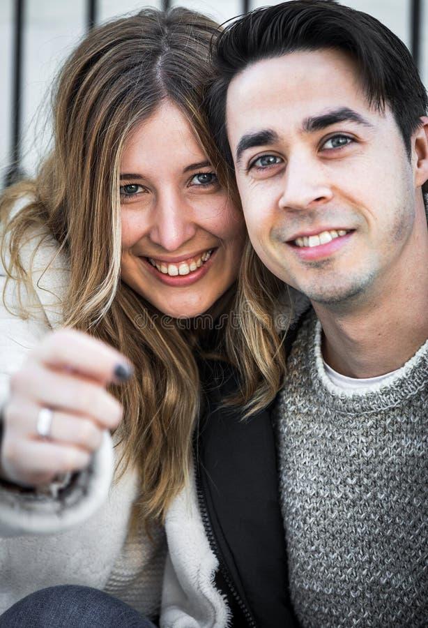 Coppie sorridenti che esaminano macchina fotografica fotografie stock