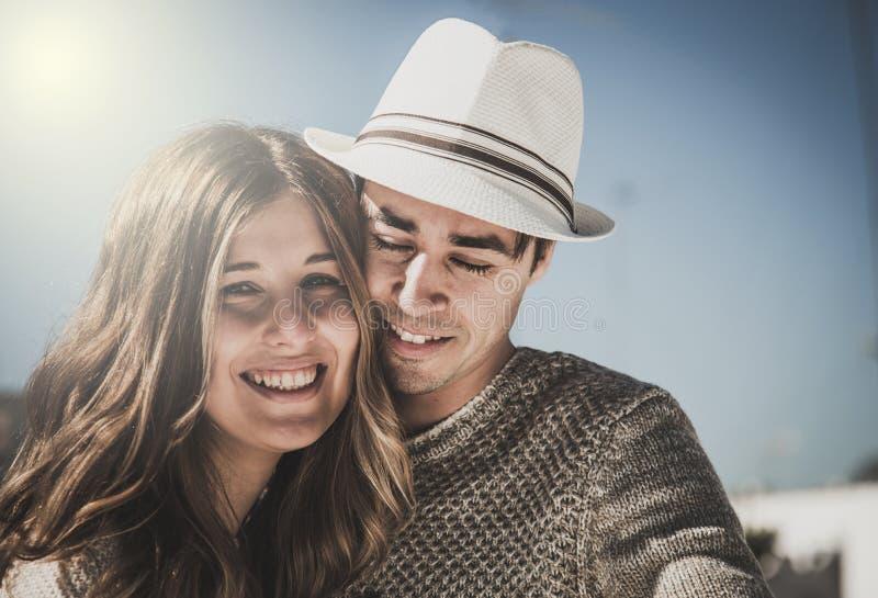 Coppie sorridenti che esaminano macchina fotografica immagini stock libere da diritti
