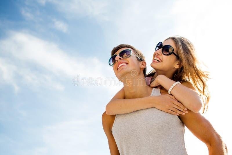 Coppie sorridenti divertendosi sopra il fondo del cielo fotografie stock libere da diritti