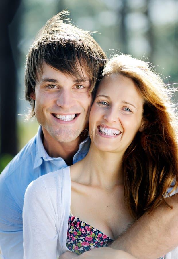 Coppie sorridenti felici del ritratto immagini stock libere da diritti