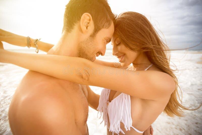 Coppie sorridenti nell'amore fotografia stock