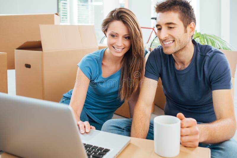 Coppie sorridenti nella loro nuova casa immagini stock libere da diritti