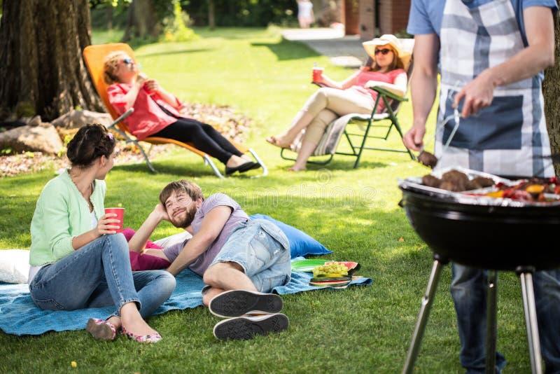 Coppie su un picnic in parco immagine stock