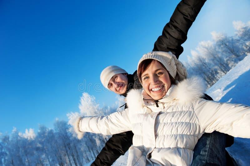 Coppie su una priorità bassa di inverno fotografie stock