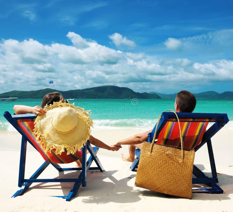 Coppie su una spiaggia fotografia stock libera da diritti