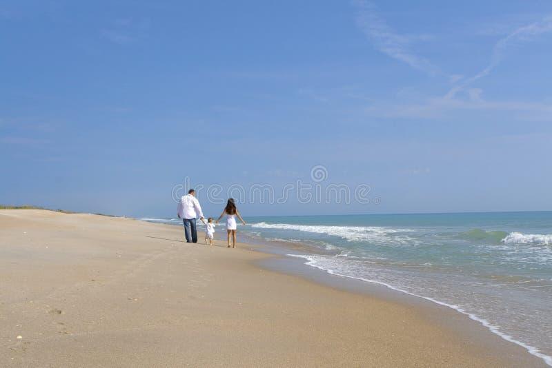 Coppie su una spiaggia fotografie stock