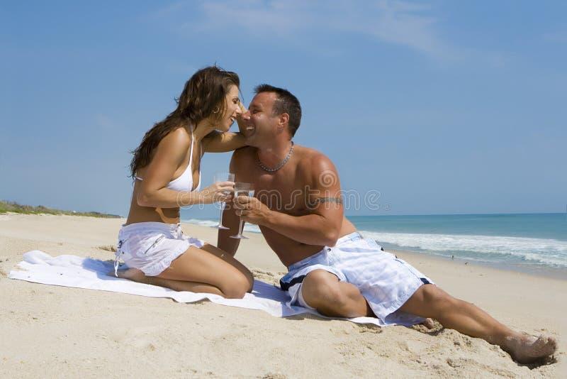Coppie su una spiaggia immagine stock
