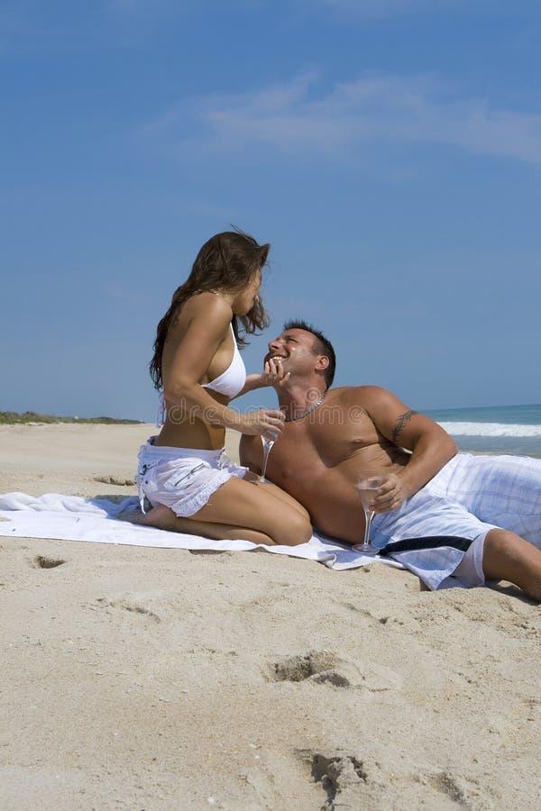 Coppie su una spiaggia immagini stock