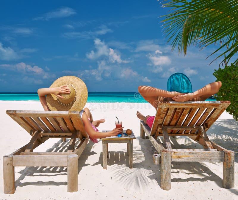 Coppie su una spiaggia alle Maldive fotografia stock libera da diritti
