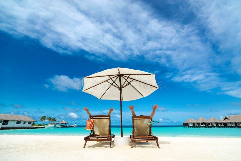 Coppie su una spiaggia tropicale immagini stock libere da diritti